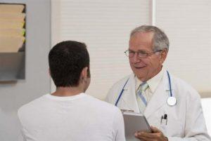 Khám lâm sàng qua tình trạng hạch để chẩn đoán ung thư hạch.