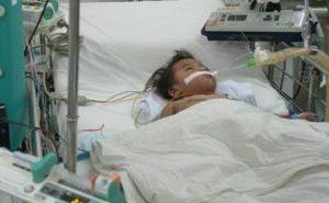Bé 13 tháng tuổi uống nhầm dầu luyn dẫn đến viêm phổi nặng