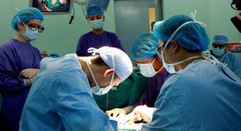 Bệnh nhân bị dao đâm thủng tim, tràn dịch màng phổi được cứu sống