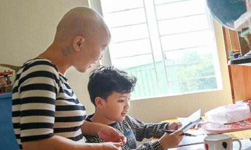 Người mẹ đơn thân cùng cậu con trai học