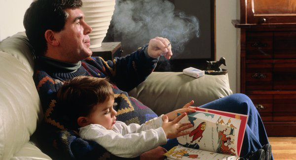Con bị bệnh ung thư máu vì bố hút thuốc lá