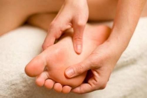 Chân tay tê – dấu hiệu của máu nhiễm mỡ