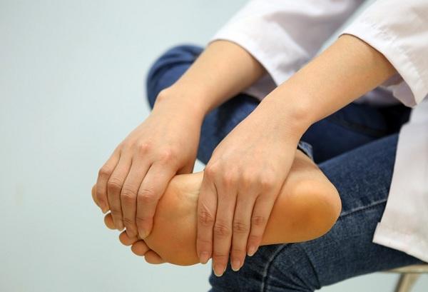 Chân tay tê bì cảnh báo nguy cơ mắc bệnh máu nhiễm mỡ