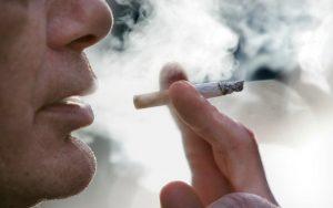 Người hút thuốc lá đương đầu với việc giảm 20 năm tuổi thọ