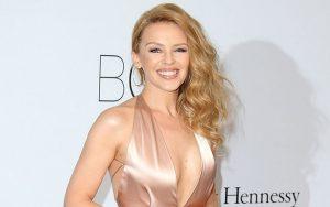 ngôi sao ca sĩ ca sĩ Kylie Minogue phát hiện mắc bệnh ung thư vú ở tuổi 36