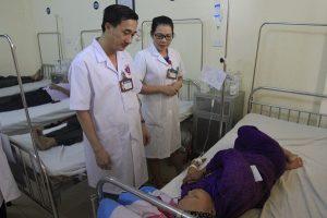 BS.Thuấn đang thăm khám bệnh cho người nghèo.