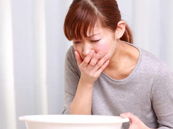 Thường xuyên nôn mửa và đau bụng cũng là dấu hiệu bệnh ung thư trực tràng