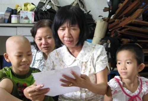 các bệnh nhân nhí điều trị ung thư coi cô Phấn như người mẹ thứ 2