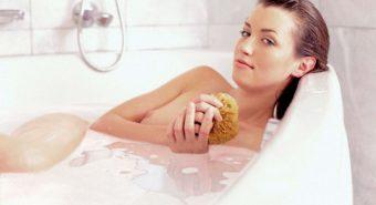 Nữ giới bị ung thư buồng trứng do thói quen tắm rửa