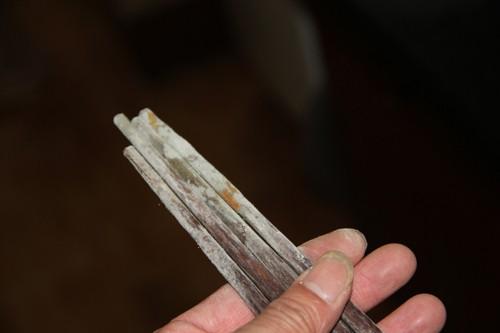 Hiểm họa ung thư từ việc sử dụng đũa gỗ mốc