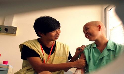 Suốt thời gian cô chống chọi với căn bệnh ung thư máu bạn trai luôn luôn bên cạnh
