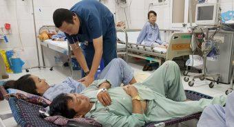Bệnh viện quá tải, bệnh nhân sốt xuất huyết phải nằm giường gấp